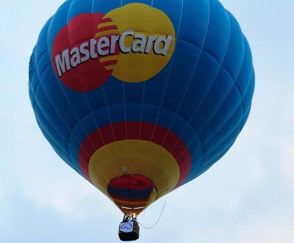 Klassische Ballonwerbung: kräftige Farben mit Logo als Wiedererkennungswert